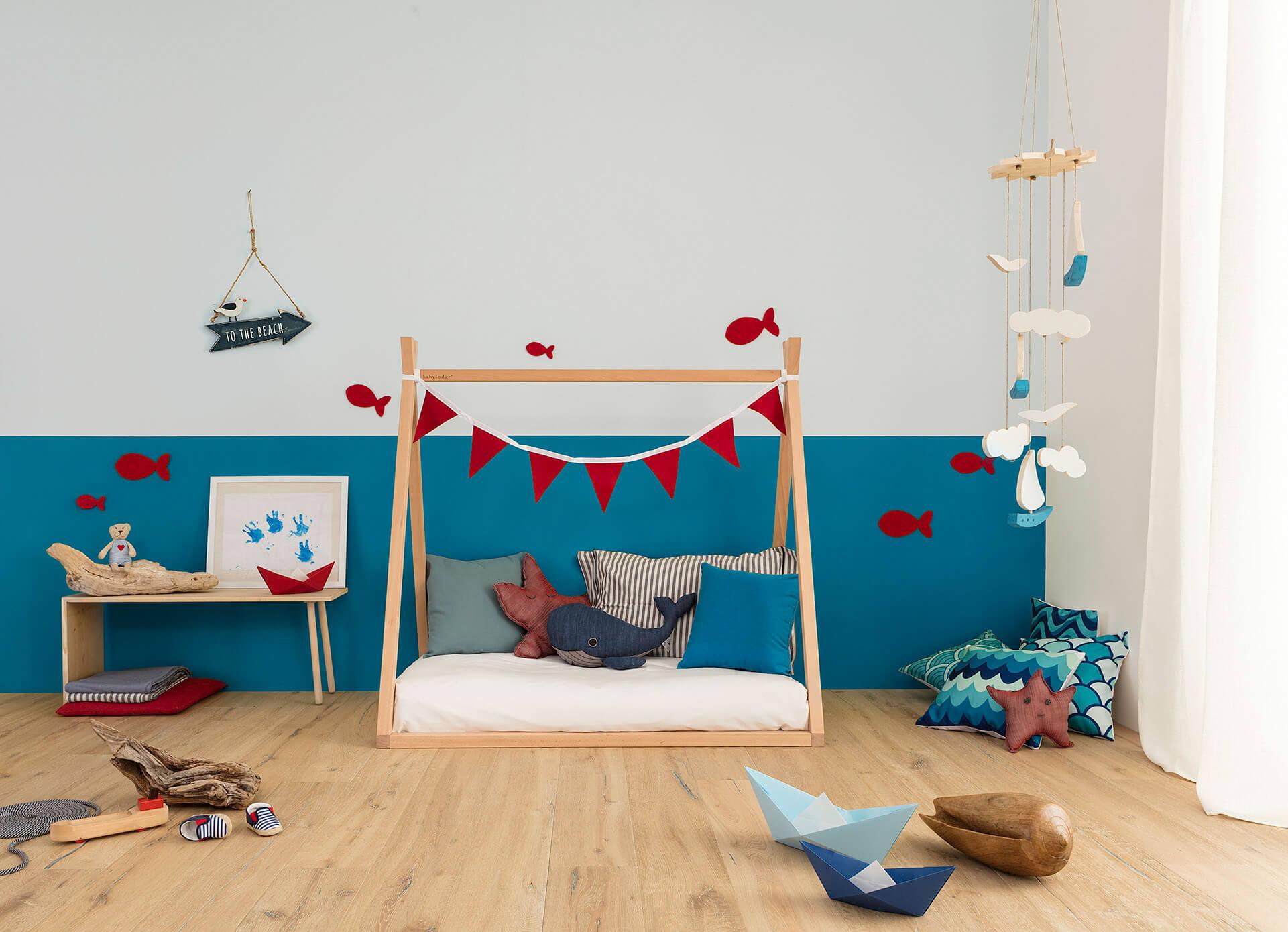 lettino basso per bambini in legno naturale